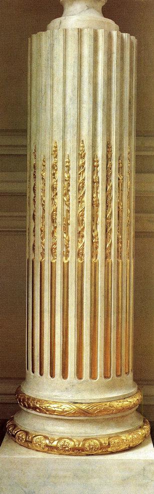 Colonne tronquée en chêne peint en faux marbre et poirier sculpté à la feuille d'or, posée à l'eau avec effets de brubis et de mats. Exécutée en 1977 dans les ateliers de restauration du Château de Versailles, menuiserie et sculpture Gilles Perrault, cette colonne qui fait partie d'une paire a été scrupuleusement reproduite ,selon les inventaires d'époque. Le fût est creux, en chêne dont les ais sont assemblés à pan octogonaux, les tigettes et asperges en poirier ainsi que la base. Le faux marbre comme la dorure sont réalisés sur un enduit à la colle de peau de lapin additionnée de craie