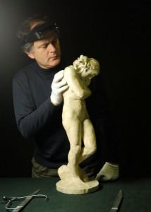 Gilles Perrault, expert en objets d'art, agréé par la Cour de cassation