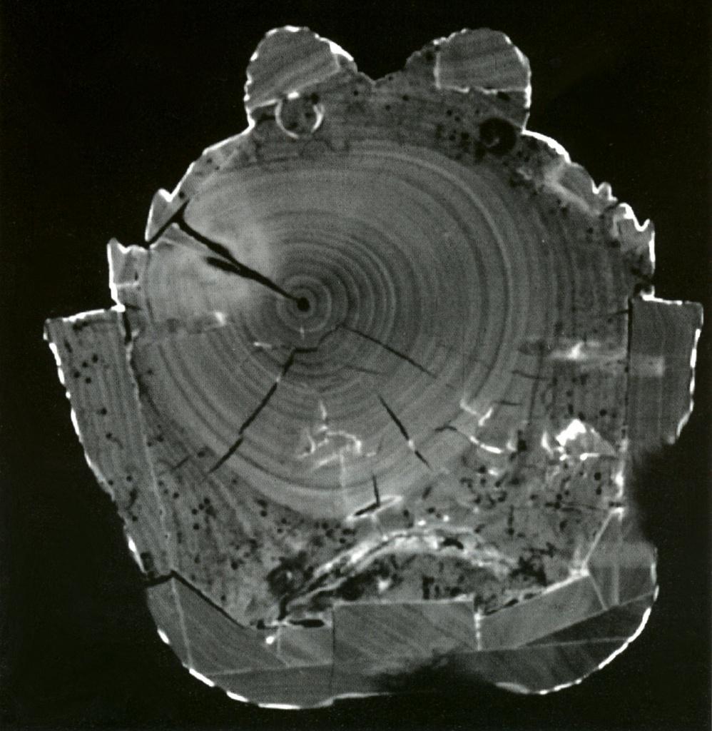 Les coupes tomographiques (scanner) réalisées grâce aux rayons x permettent de visualiser de façon très précise toutes les interventions internes dans des sculptures en bois ou en céramique.