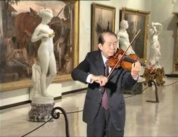 Wen-Long-Shi-jouant-du-violon-dans-le-musée-Chi-Mei